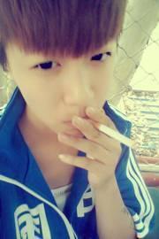 15岁帅哥抽烟,很叼