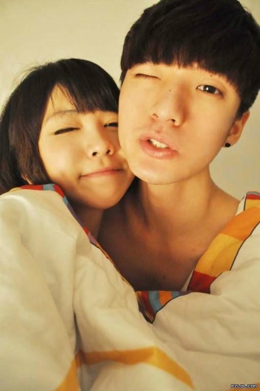 15岁帅哥抱着他女朋友一起卖萌