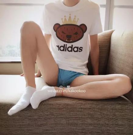 光滑白嫩的白袜帅哥小腿