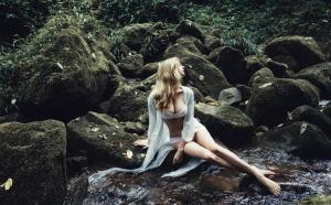 山林小溪间的欧美人体远景拍摄艺术图片