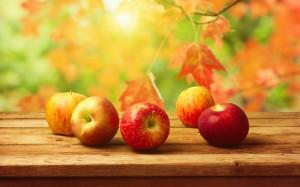 桌子上的苹果高清特写唯美图片