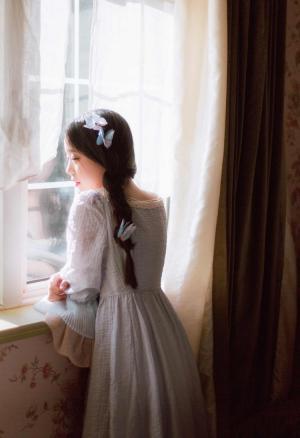 文艺范美女复古麻花辫飘逸长裙甜美笑容写真图片