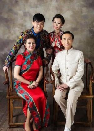 巩汉林全家福照片,幸福美满的一家四口人