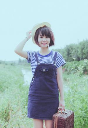 郊外写生的短发清纯少女图片