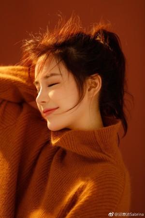 邱意浓漂亮黄色毛衣唯美写真图片