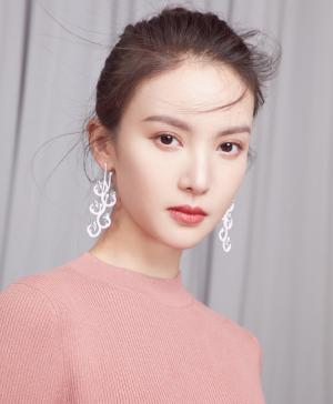 金晨粉色连身裙清新性感写真图片