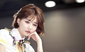 韩国车模美女韩佳恩车展眼神魅惑迷人图片