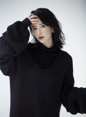 李颖芝黑色毛衣温暖帅气写真