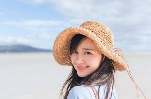 清纯美少女白嫩肌肤甜美笑容沙滩嬉戏写真图片