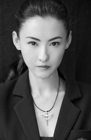 张柏芝干练英气黑白写真图片