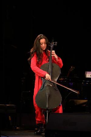 欧阳娜娜拉大提琴舞台演奏精美图片