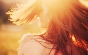 阳光下的女孩唯美背影
