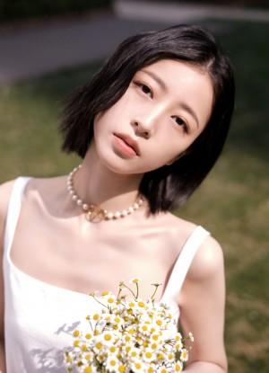 周雨彤白色吊带裙春日温柔优雅写真图片