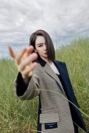 戚薇简约秋日穿搭写真图片