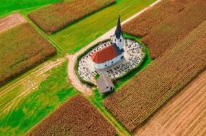 斯洛文尼亚一处田间的乡村小教堂