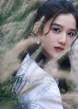 张婧仪优雅俏丽秋日温柔氛围写真图片