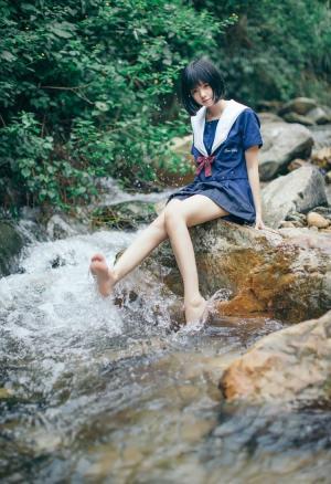 山野溪水间光脚美眉戏水湿身照
