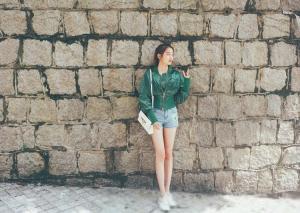 大长腿女星关晓彤军绿色夹克出街自拍美照