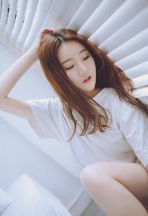 白T恤长卷发美女肤光胜雪百叶窗边透光写真