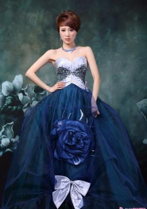 金巧巧蓝色长裙飘逸时尚写真