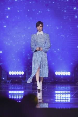李宇春蓝色水晶亮片裙舞台照图片