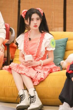 鞠婧祎双马尾粉裙少女风造型图片