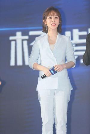 杨紫淡蓝色西装诠释成熟优雅女人味