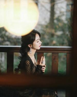 赵丽颖黑色蕾丝开衩长裙优雅写真