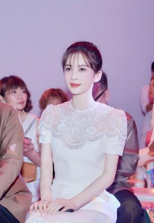 赵樱子白色蕾丝连衣裙活动照图片