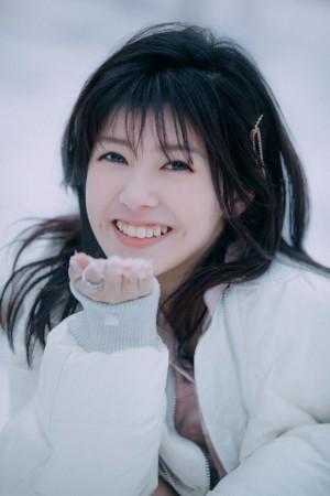 赖美云雪地纯白甜美气质写真图片