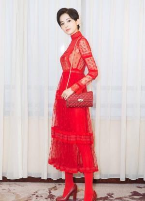 古力娜扎一身红裙子出镜