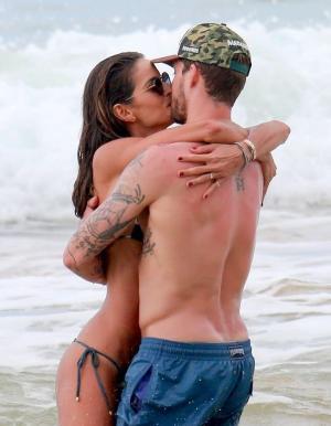 伊莎贝尔歌勒与男友凯文·特拉普(Kevin Trapp)海边度假