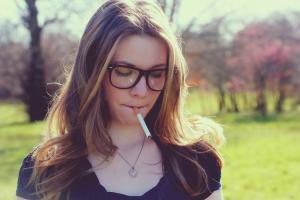 美女叼烟头像图片