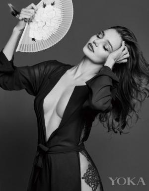 米兰达可儿性感露胸黑白时尚大片