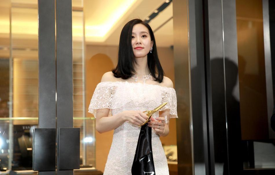美女刘诗诗穿一字肩白裙秀香肩 背部特写引粉丝赞叹