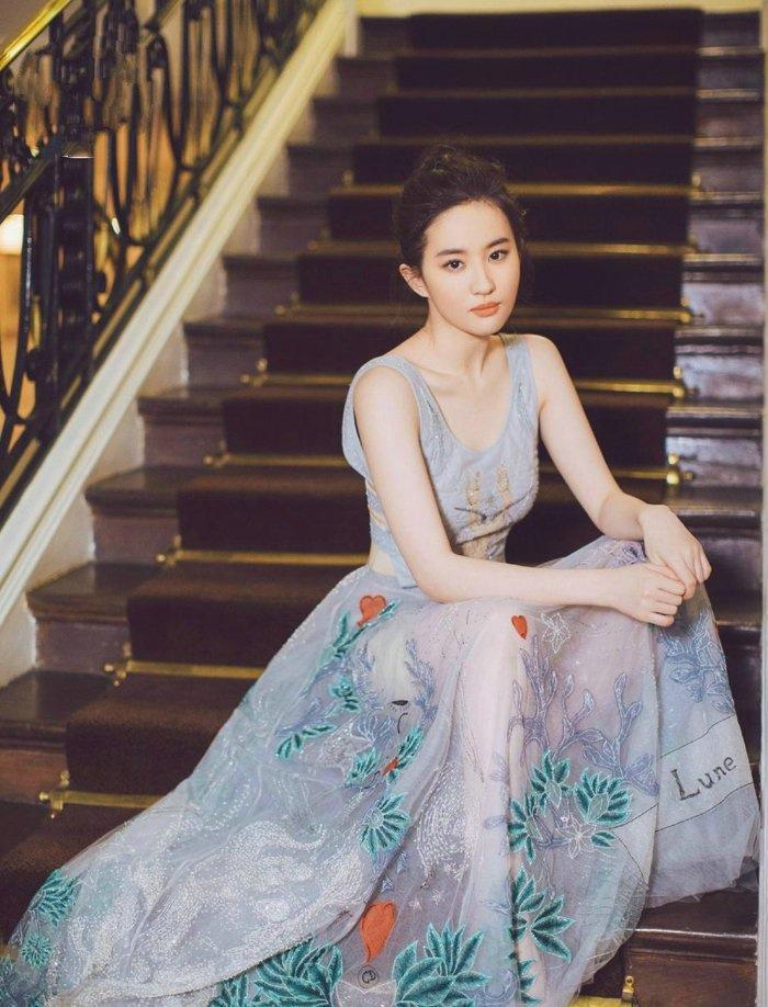 仙气十足!刘亦菲穿白色透视短裙秀曲线写真