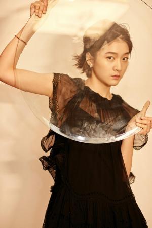 张雪迎黑色薄纱连衣裙时尚俏丽写真图片