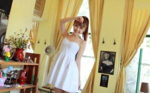 白裙性感女生暑期也爱学习