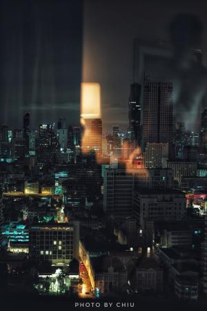 曼谷夜色倒映着昏黄的灯光