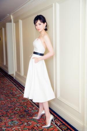 施诗抹胸白裙艳丽活动图片