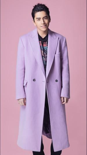 王大陆粉色大衣搞怪写真图片