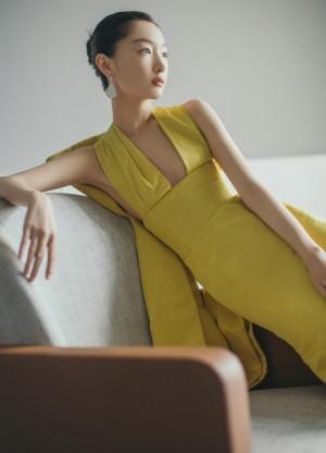 周冬雨黄色礼服优雅写真图片