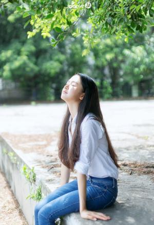 校园里的长发牛仔裤少女素颜写真