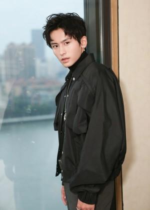 张哲瀚黑色夹克酷帅有型活动照图片