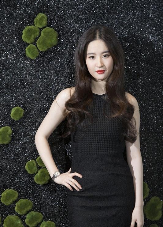 美女刘亦菲迈入30岁大关 黑裙红唇妩媚尽显熟女味道