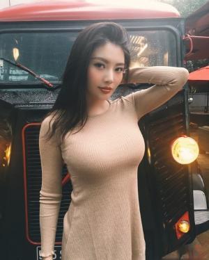 徐冬冬穿米色紧身衣性感酥胸迷人图片