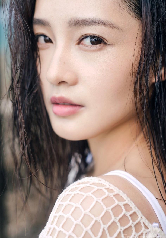 性感美女李沁镂空小露性感海边度假诱人写真