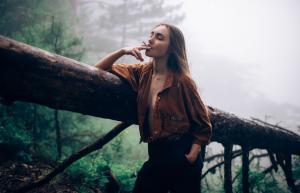 性感霸气女生头像叼烟侧面唯美图片