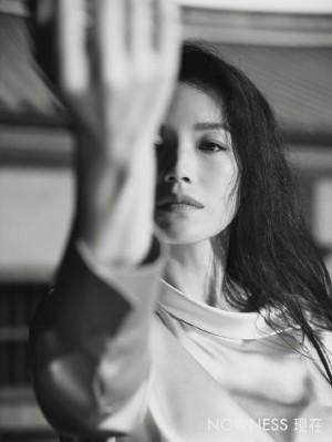 舒淇游园惊梦黑白画映封面大片