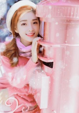 白雪纷飞暖冬季节少女粉色系写真